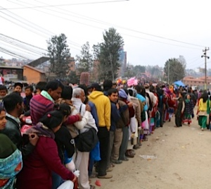 Thousands of Hundu devotees stand on line to enter Pashupatinath on Maha ShivaRatri © Donatella Lorch
