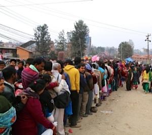 Thousands of Hundu devotees stand on line to enter Pashupatinath on Maha ShivaRatri © Donatella Lorch